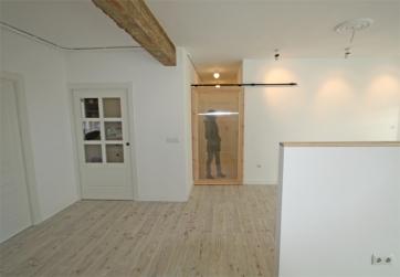 La puerta translúcida corredera impide el paso de los animales a los dormitorios